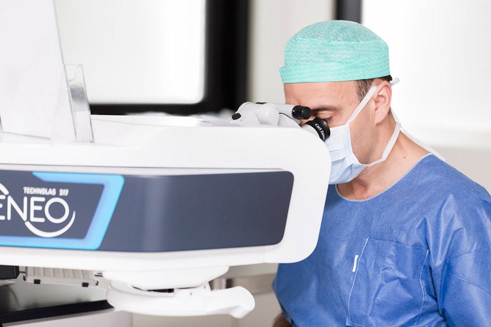 chirurgien qui réalise une greffe de cornée